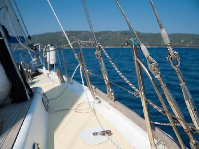 Segelbåt på väg mot land