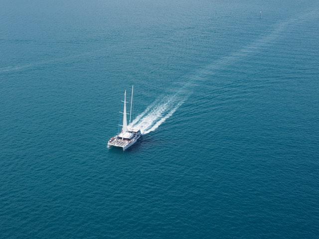 Katamaran ute på hav