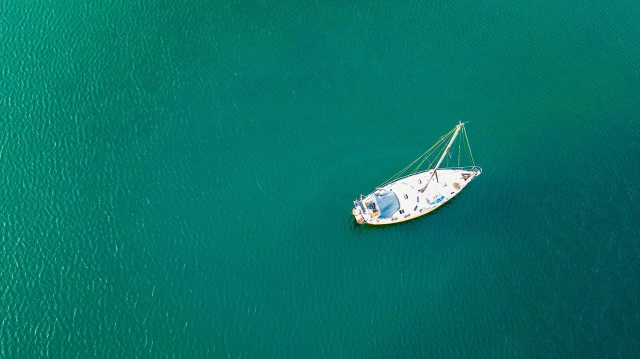 Segelbåt på öppet hav